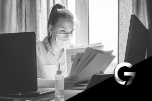 mulher estudando concursos públicos durante a pandemia