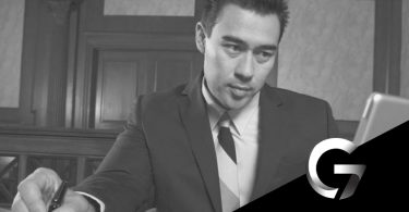 concentração para estudar jovem advogado usando notebook